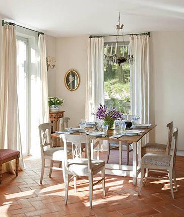 los muebles del comedor estn realizados en madera de abeto hace ms de aos y tienen el acabado blanco grisceo del estilo gustaviano