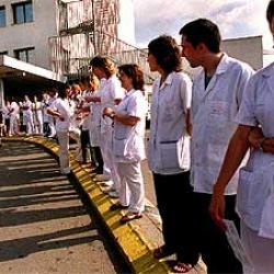 Médicos son abucheados por sus colegas