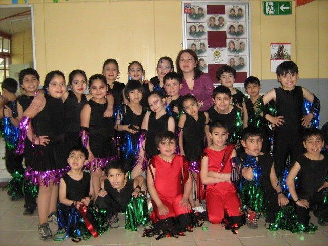 La Docente Nolvia Arroyo junto a su Grupo de Danzas Psicomotrices