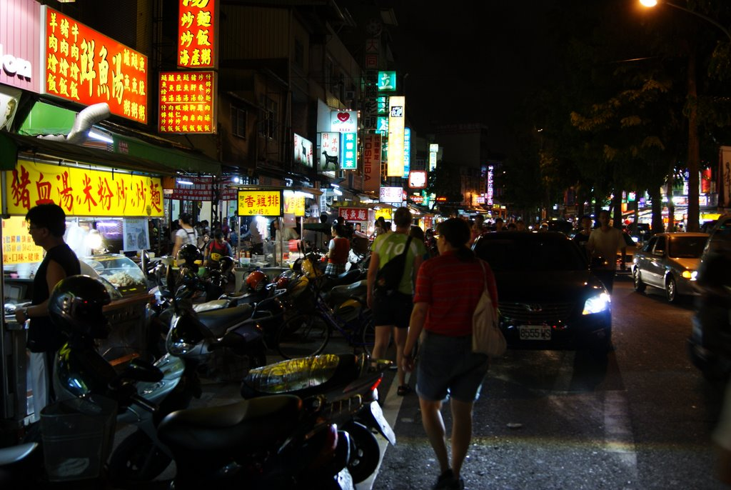 Guanghua night market, walkin in the street