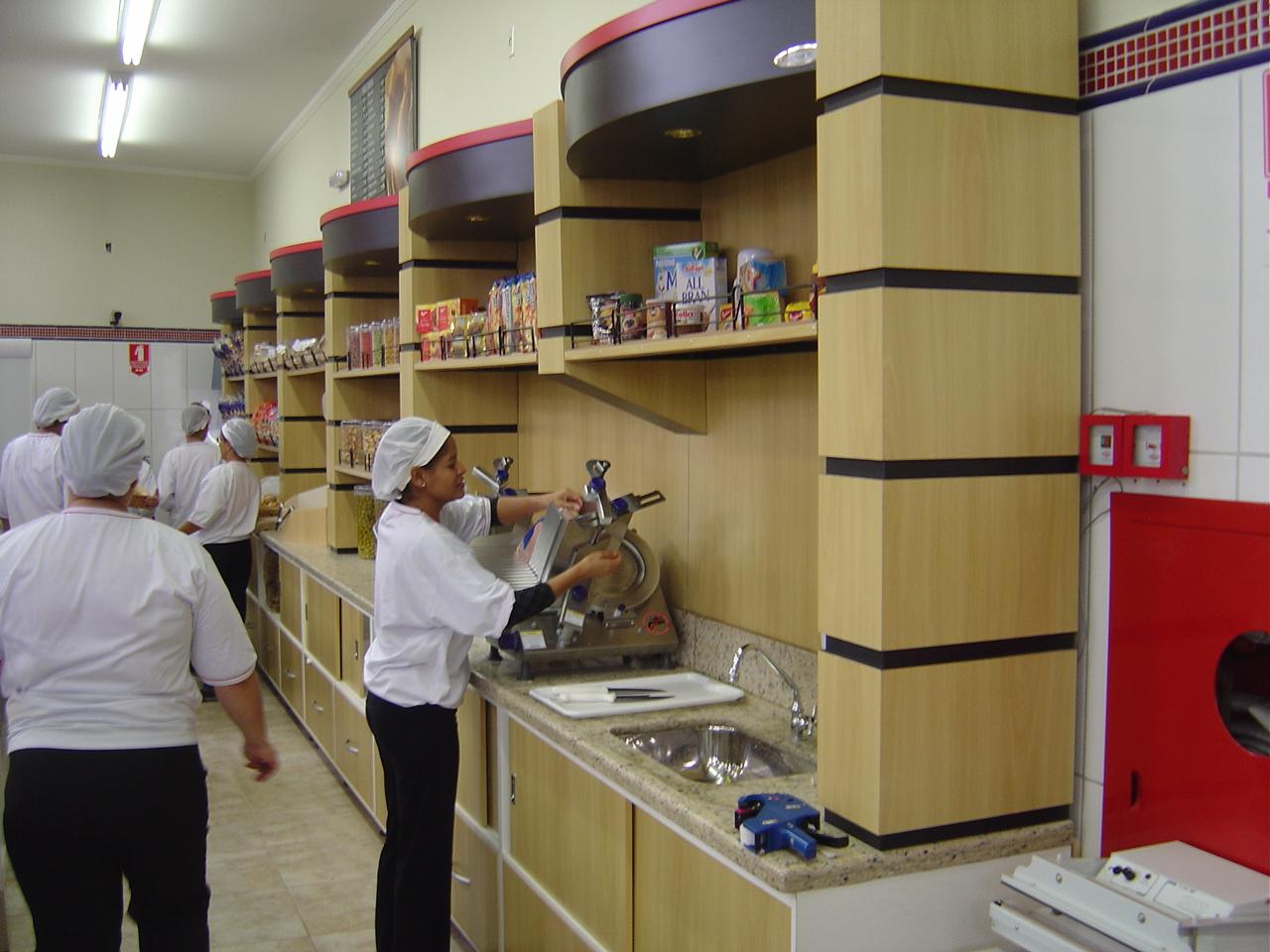 design e funcionalidade em expositores planejados para supermercados #722A20 1280 960
