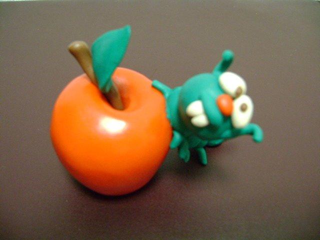 gusano saboreando manzana