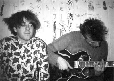 Deux des membres de Meat Whiplash dans les loges au Croydon Underground le 20 novembre 1985 (Photo : JC Brouchard)