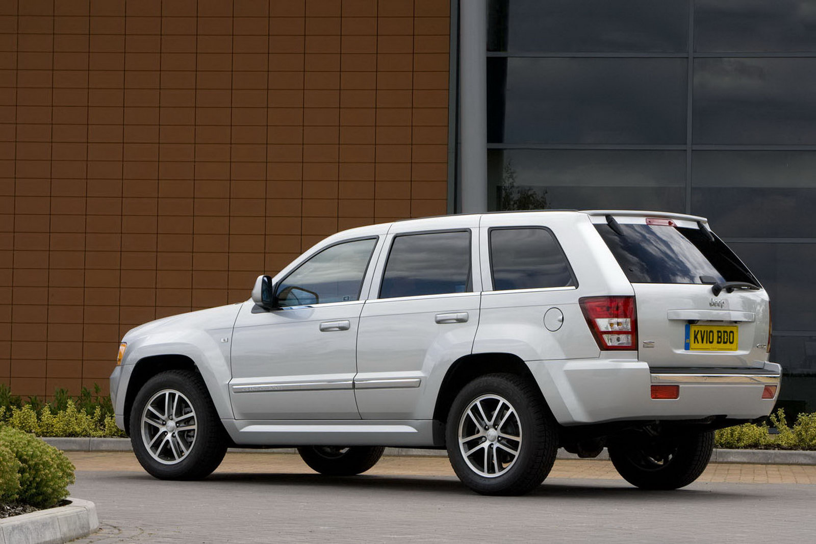 jeep uk reheats 2010 grand cherokee leftovers with srt-inspired