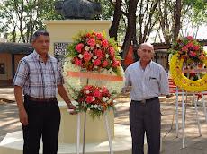Ofrendas Florales en el Día del Empleado Universitario