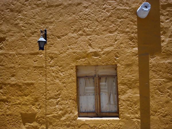 Abro una puerta con el rostro húmedo en la mitad del espejo y tu cuerpo cae sobre la pared...