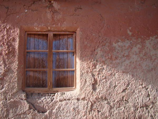Para iluminar mi corazón que a tus pies miente, colorea estas paredes mudas con el paso de tu velo.