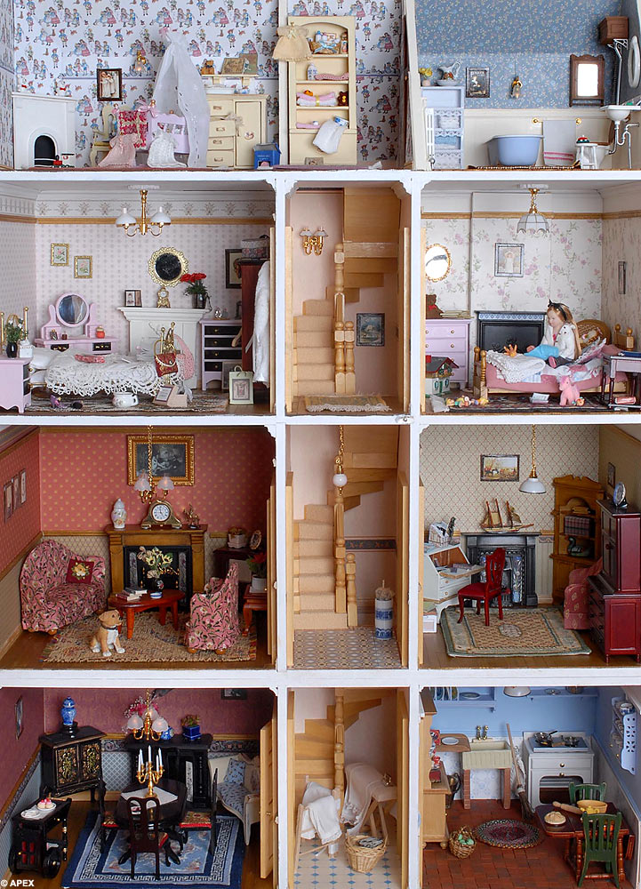 Totally Clueless Pretty Little Dolls House