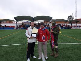La Peña Los Fatiguillas hace entrega de una placa conmemorativa a  Pacha, utillero del Peñarroya CF