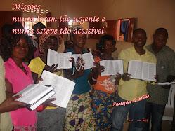 Distribuição de Bíblia na África pelo pastor Jair Cardozo