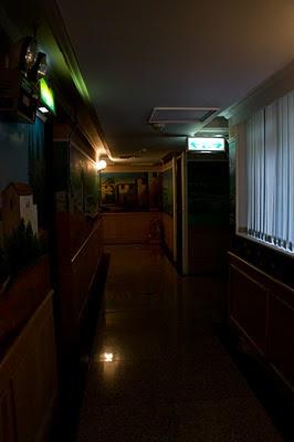 昏暗的走廊, 真的讓人不敢走夜街