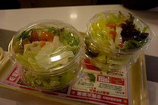 沙律配著芝麻醬吃不錯哦~ 另外有日式醬汁選擇