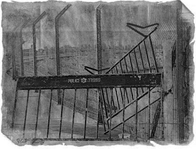 полицейское заграждение, чёрно-белая фотография