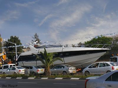яхта на дороге