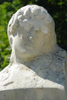 Oviedo, esculturas Amor y Dolor