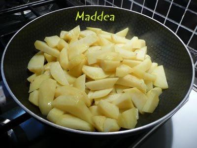 lavare per bene le patate sbucciarle e tagliarle a cubetti o come vi piace mettere le patate in una padella aggiungere un po di olio e cuocere finch