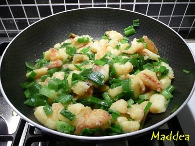 quando le patate saranno cotte unire i gambi dei cipollotti mescolare un po ed aggiustare di sale sbattere le uova aggiungere abbondante parmigiano
