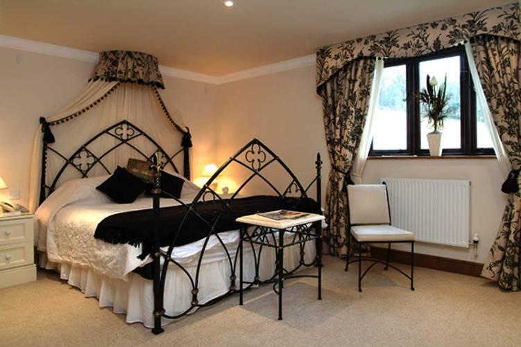TFE - Sister's  Gothic-Bedroom+quarto+gótico