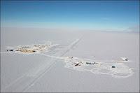 Le site de l'IceCube au Pôle Sud. Document Forest Banks/NSF.