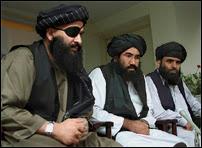 Tous les taliban portent barbe et moustache. On les reconnaît également à leur turban noir et leur robe blanche.