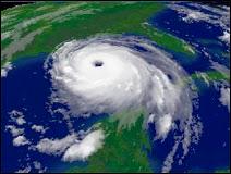 Le cyclone Katrina de catégorie 5 photographié le 28 août 2005 à 15h15 TU. La force moyenne du vents atteignit 280 km/h avec des rafales jusque 344 km/h et une pression au centre de l'oeil d'environ 910 mbar ! 12 heures plus tard Katrina était sur New Orleans. Le cyclone noya la ville sous plusieurs mètres d'eau suite à la rupture de deux digues. Il y eut près de 1337 morts. Les quelque 60000 survivants durent attendre les secours durant près d'une semaine dans des conditions d'hygiène épouvantables. Document NOAA.