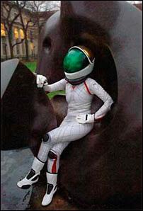 La combinaison spatiale 'sleek' BioSuit, présentée par Dava Newman le 16 juillet 2007 sur le campus du MIT, devant la sculpture 'Reclining Figure' (Figure réglable) de Henry Moore.