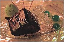 Une météorite au chocolat noir, accompagnée de sphères glacées, une invention de Hervé This, vous est dorénavant proposée au restaurant Le Cristal du Futuroscope.
