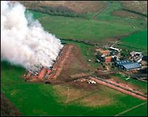 Brûlage de carcasses de bovins contaminés en 2001 dans une ferme de Kirkbride en Angleterre. Document Simon Ledingham.