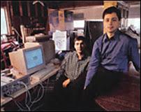 Larry Page et Sergey Brin dans leur garage de Menlo park en 1998.