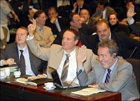 Les représentants flamands vôtant avec un sourire évident la scission de l'arrondissement BHV malgré l'opposition des Francophones qui ont quitté la salle.