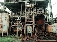 Les installations corrodées d'Union Carbide abandonnées à Bhopal après l'accident. Document Raghu Rai/Greenpeace.
