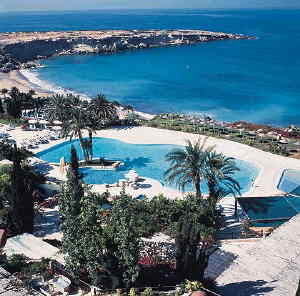 Hotel with Best Beach and Swimming Pool Landscape
