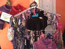 Golas em lã, colares, encharpes e malas em trapilho