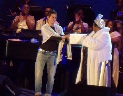 Halle Berry and Aretha Franklin Hollywood Bowl June 09