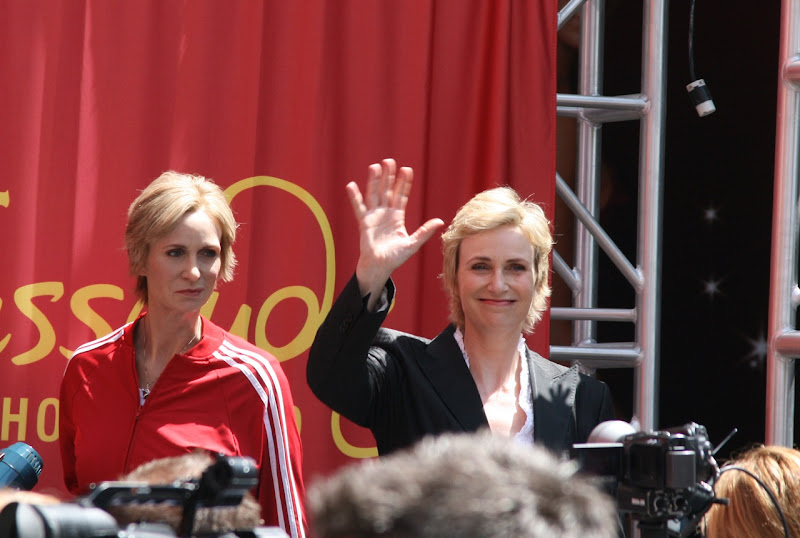 Jane Lynch waving
