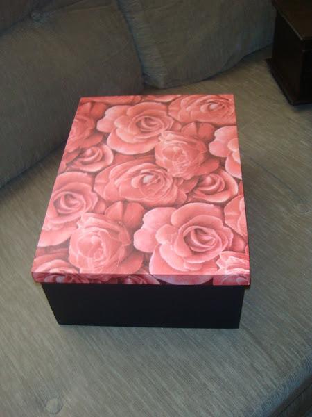 Caixa com tampa solta - Porta treco - Ana Carolina - Rosas - R$ 35,00