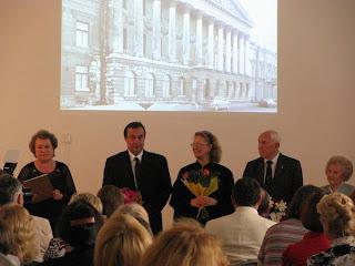 Los veteranos y los creadores de la exposición Reliquias del sitio de Leningrado