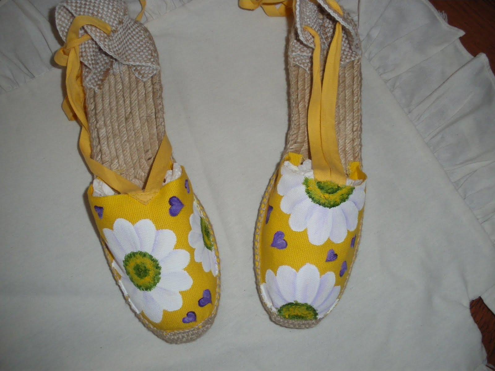 la primavera? el calorcito se resiste,pero los dias ya son mas largos y animam a pasear y si es con unas zapatillas y alpargatas decoradasalegres