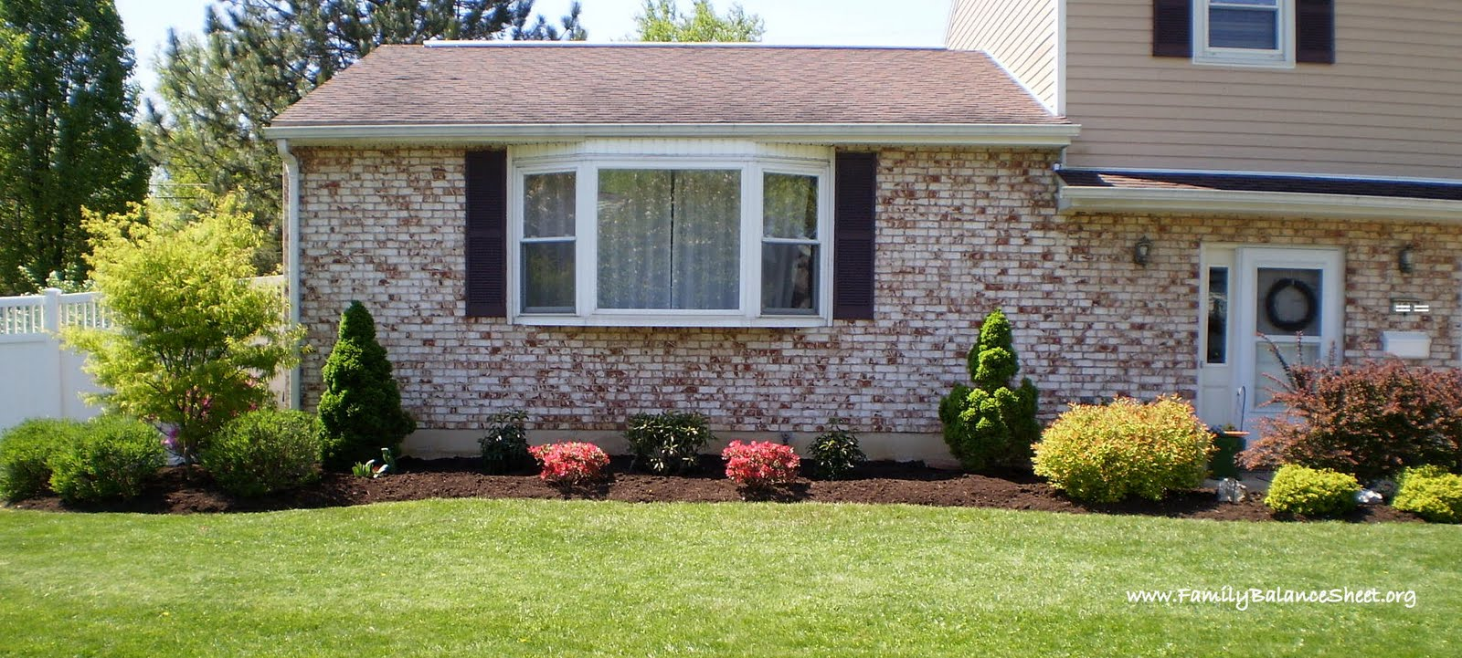 15 tips to help you design your front yard save money too for Simple landscape design for front of house