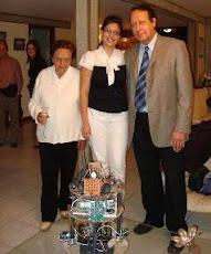Ingeniero Gustavo Marín (tutor) e Ingeniero Vanessa Costa (tesista) con Robit.
