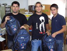 Pasantes de la UNE, colaboran en la entrega de 1300 bultos escolares