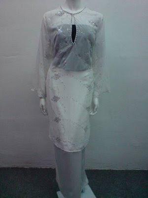 sepasang baju kurung moden dari kain chiffon berwarna putih kepadaku