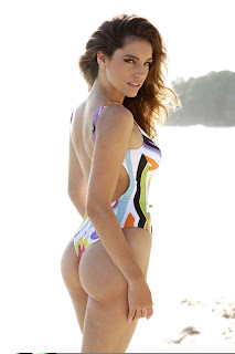Piranha 3-ds Kelly Brook showing her buns
