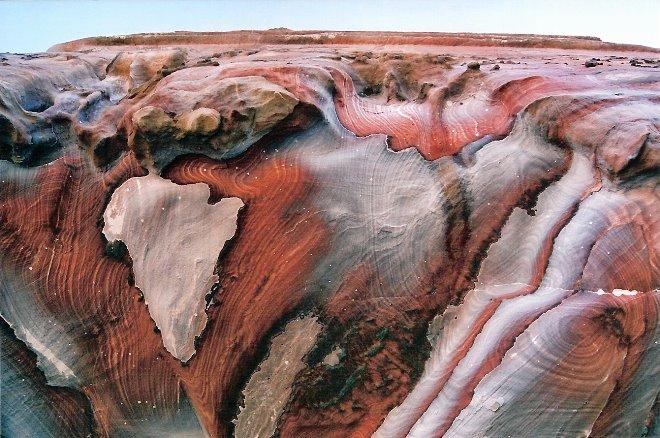 Colores típicos de las rocas de Petra, la ciudad rosa de los nabateos. ¿Aparece algún continente?