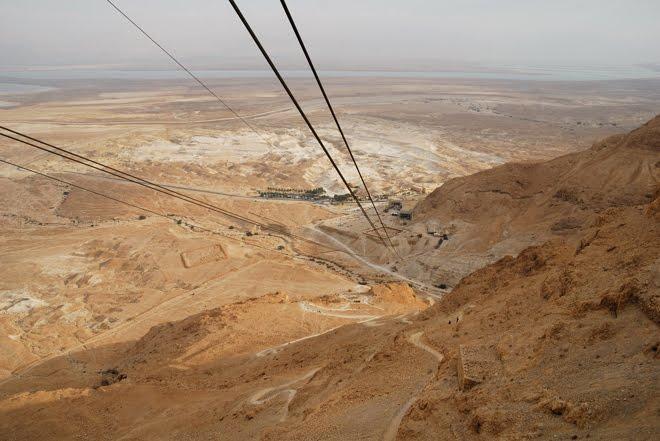 Ascenso a Masada en teleférico. Al fondo el Mar Muerto