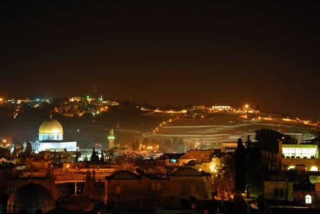 Jerusalén de noche con el Monte de los Olivos al fondo