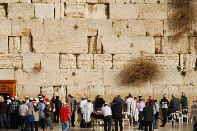 En el Muro de las Lamentaciones, a la izquierda...