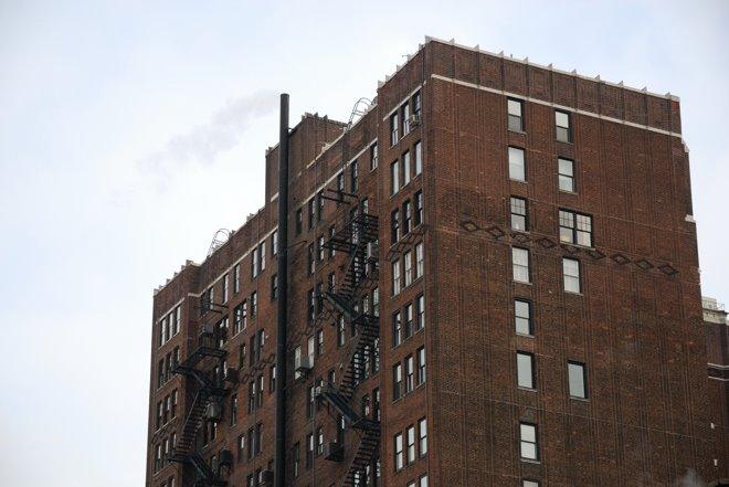 Típica arquitectura con las típicas escaleras de emergencia