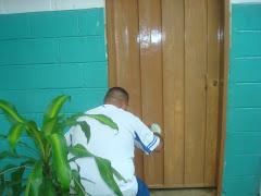 finalizando el retoque de puertas