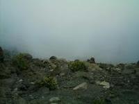 濃い霧でクレーターも何も見えません